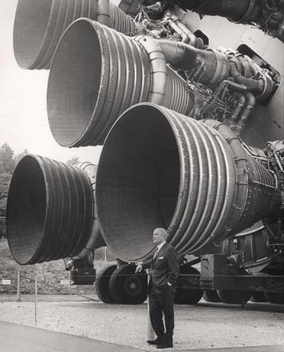 800px-S-IC_engines_and_Von_Braun.jpg