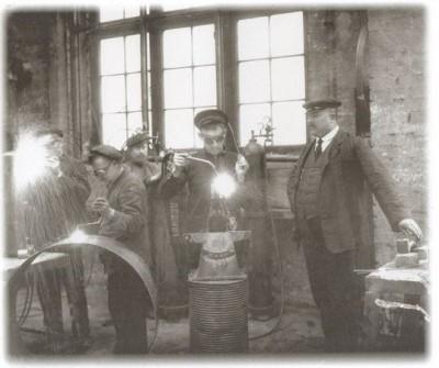 Сварщики чугунно-литейного и машиностроительного завода Людвига Нобеля за работой.jpg