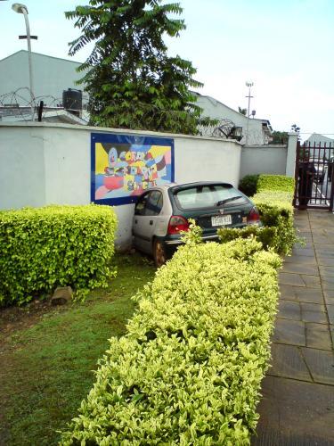Машина в заборе.JPG