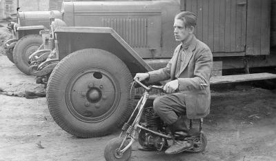 Испытания мопеда, выпускаемого электромеханическим заводом. Пермь. 1930-е.jpg